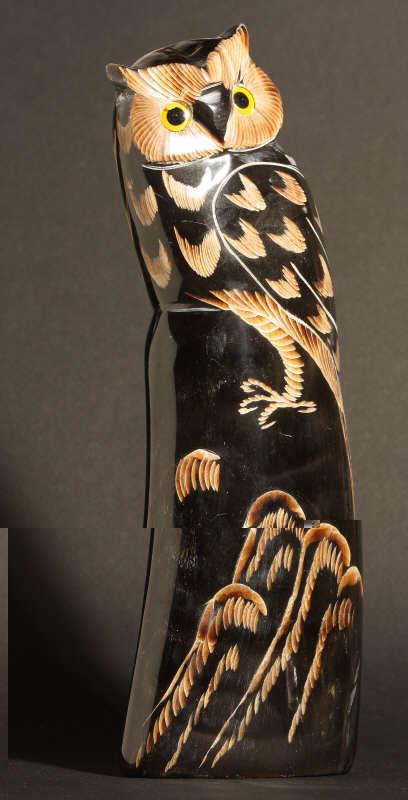 Chouette sculptée dans une corene de buffle